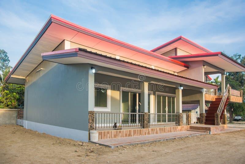 Nuovo bungalow moderno Front View di una casa della famiglia del pavimento Progettazione di stile dell'Asia immagini stock libere da diritti