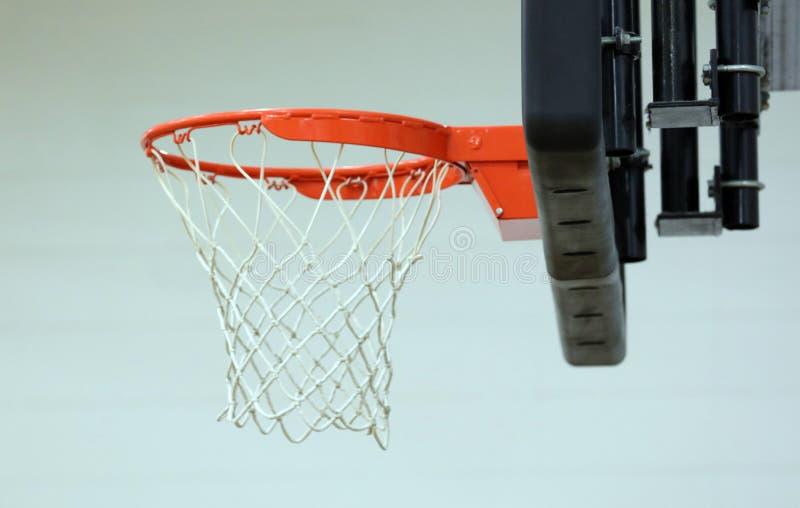 Nuovo cerchio di pallacanestro al centro sportivo dei bambini immagine stock libera da diritti
