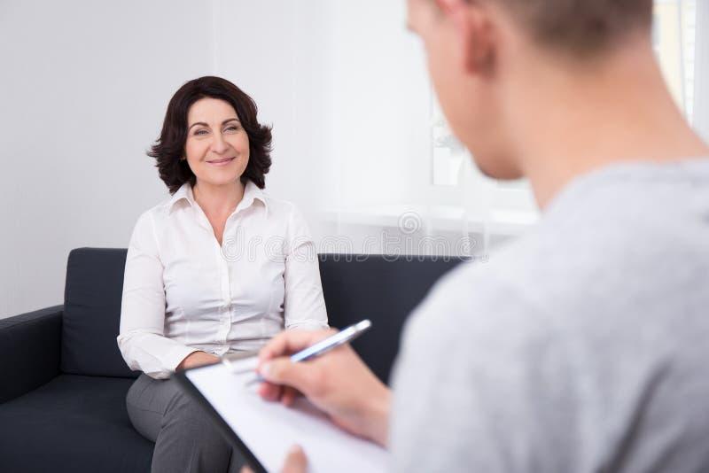 Nuovo concetto di lavoro - donna felice all'intervista immagini stock libere da diritti