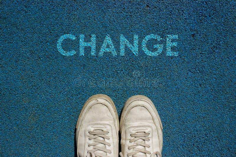 Nuovo concetto di vita, slogan motivazionale con il CAMBIAMENTO di parola sul terreno del modo della passeggiata immagini stock