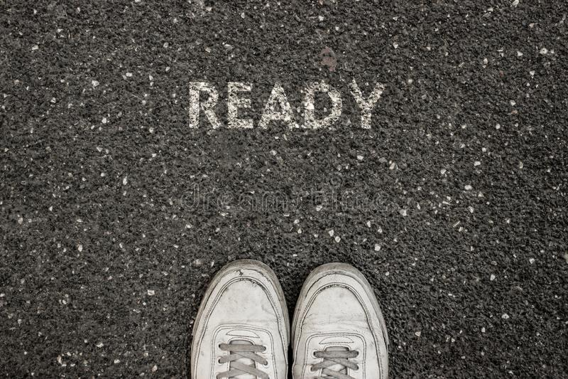 Nuovo concetto di vita, slogan motivazionale con la parola PRONTA sul terreno di asfalto immagini stock