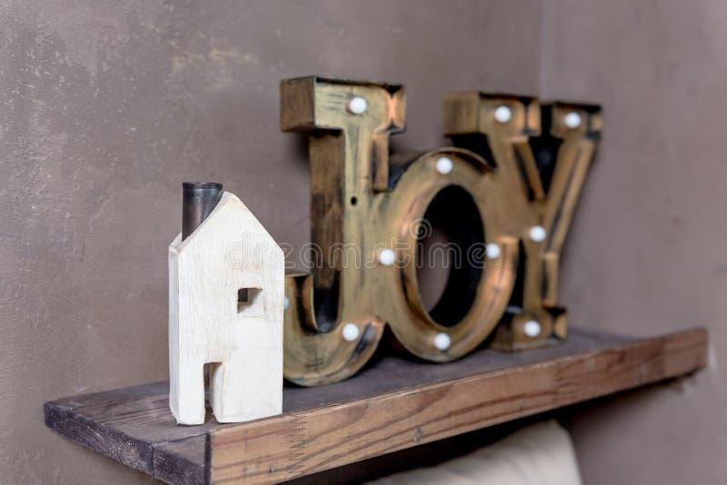 Nuovo concetto domestico della piccola casa di legno Espressione del messaggio di testo della parola GIOIA nella mia nuova casa L fotografia stock