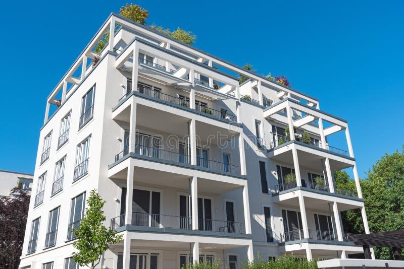 Nuovo condominio bianco visto a Berlino immagine stock