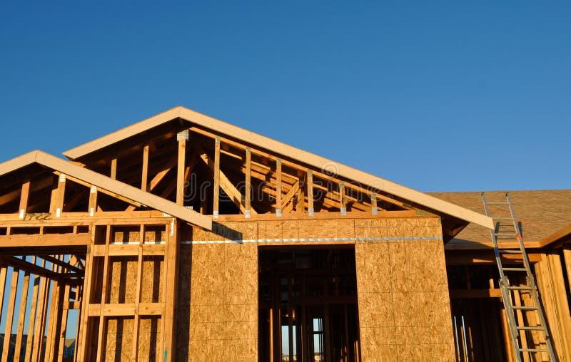 Nuovo in costruzione domestico con la scaletta fotografie stock libere da diritti