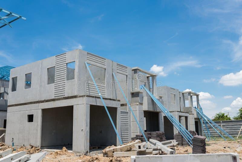 Nuovo domestico in costruzione facendo uso delle strutture d'acciaio contro la SK nuvolosa immagine stock