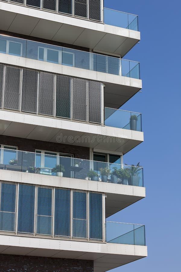 Nuovo edificio in condominio moderno immagini stock libere da diritti