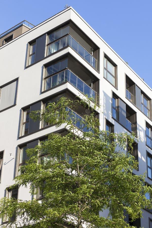 Nuovo edificio in condominio moderno fotografia stock libera da diritti