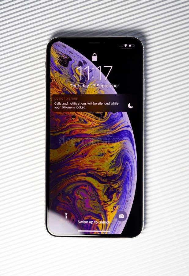 Nuovo fondo di bianco dello schermo della serratura di XSsmartphone di iPhone fotografia stock libera da diritti