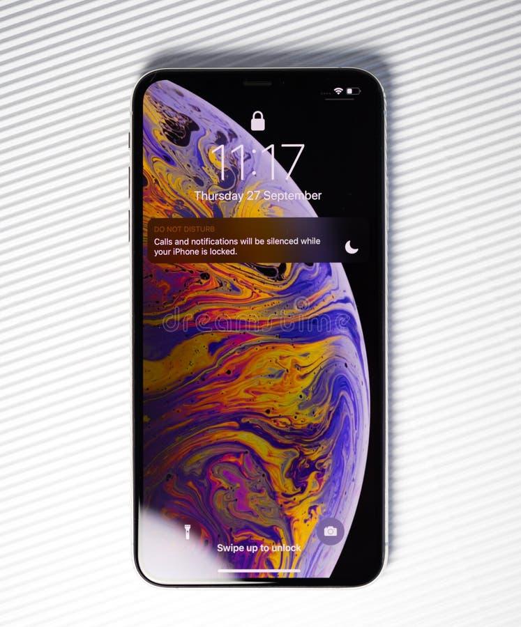 Nuovo fondo di bianco dello schermo della serratura di XSsmartphone di iPhone immagini stock libere da diritti