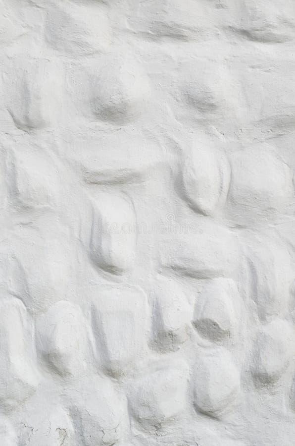 Nuovo gesso bianco decorativo di sollievo con gli elementi convessi arrotondati immagini stock libere da diritti