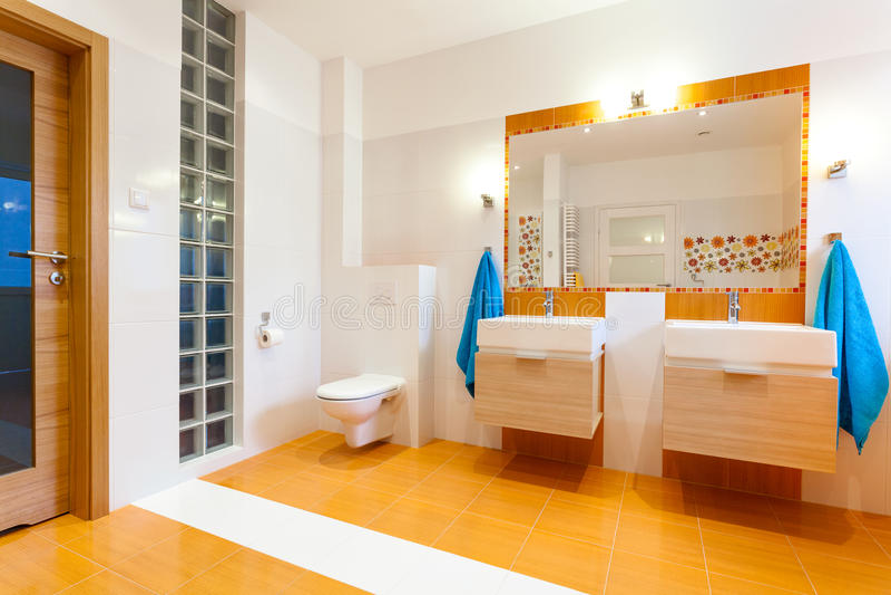 Nuovo grande bagno in casa accogliente fotografia stock