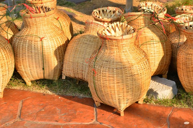 Nuovo gruppo di bambù tessuto della rastrelliera alla luce fotografie stock libere da diritti
