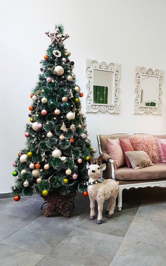 Nuovo interno con l'albero di Natale e la renna immagine stock libera da diritti