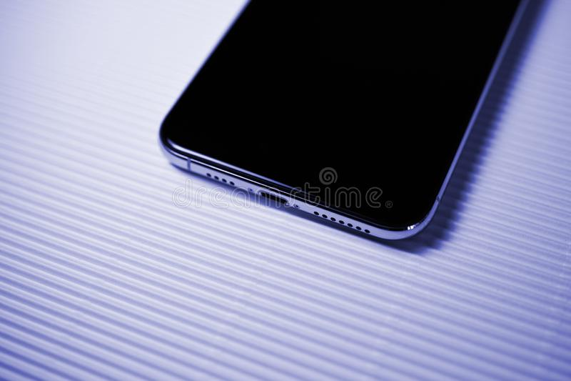 Nuovo iphone Xs contro il porto di illuminazione del fondo della banda fotografia stock libera da diritti