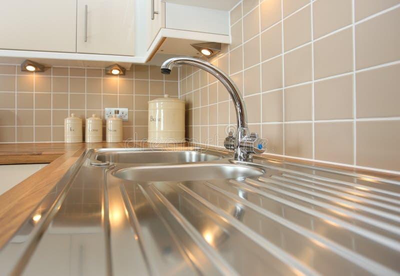 Nuovo lavandino di cucina dell'acciaio inossidabile immagine stock
