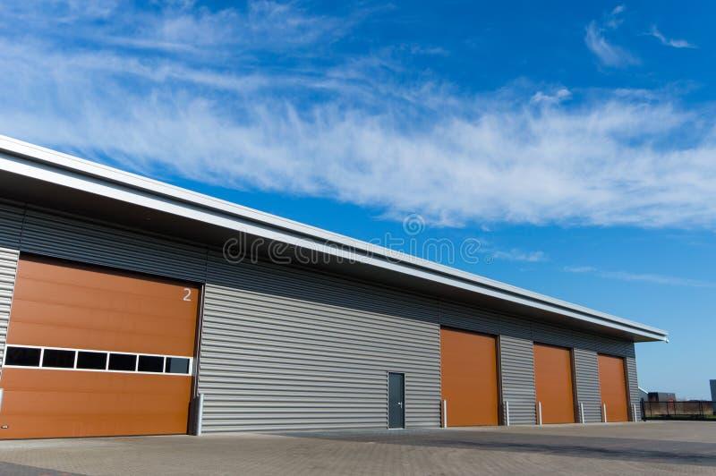 Nuovo magazzino di stoccaggio con le porte marroni fotografia stock libera da diritti