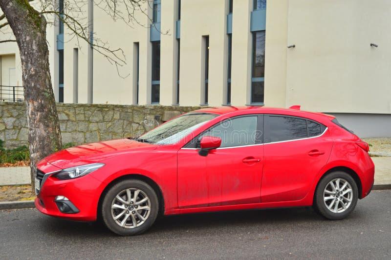 Nuovo Mazda rosso 3 parcheggiato fotografie stock