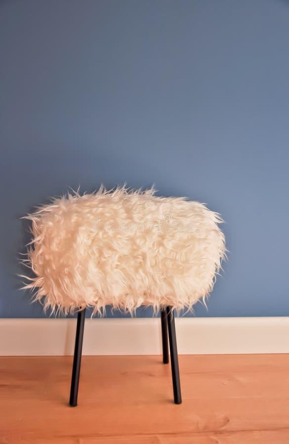 Nuovo panchetto progettato e alla moda fatto dalla pelliccia bianca di eco fotografie stock libere da diritti