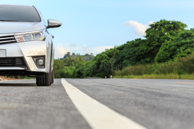 Nuovo parcheggio d'argento dell'automobile sulla strada asfaltata immagine stock