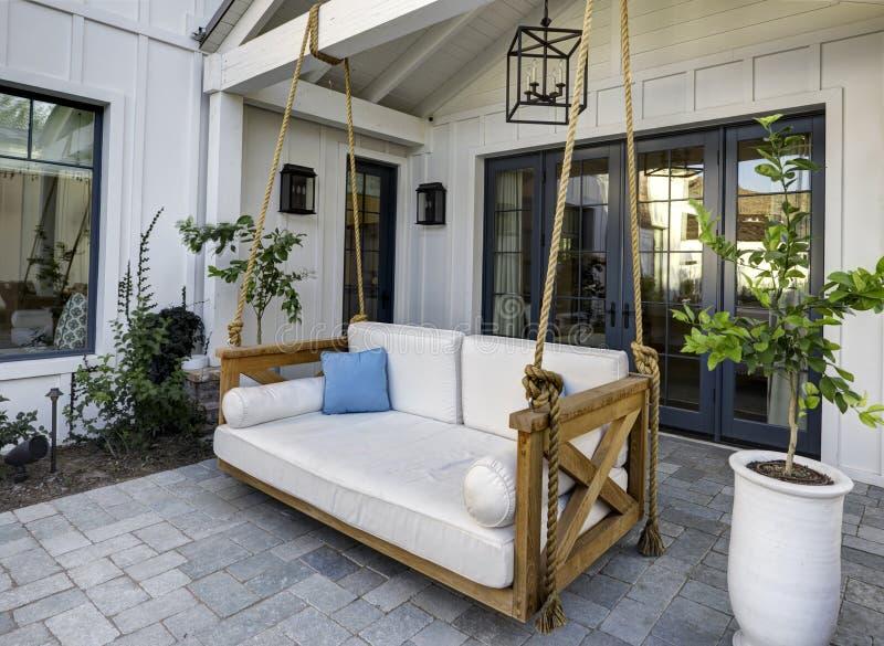 Nuovo patio domestico classico moderno con un'oscillazione fotografia stock libera da diritti