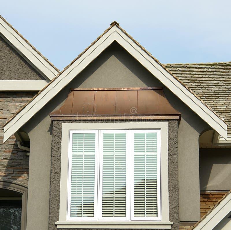 Nuovo picco esterno domestico del tetto immagini stock