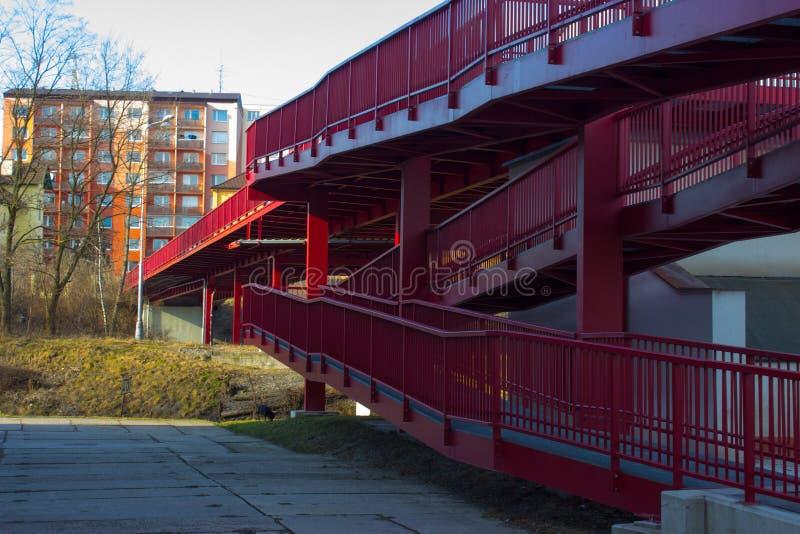 Nuovo ponte rosso sopra la ferrovia ed il caseggiato fotografia stock