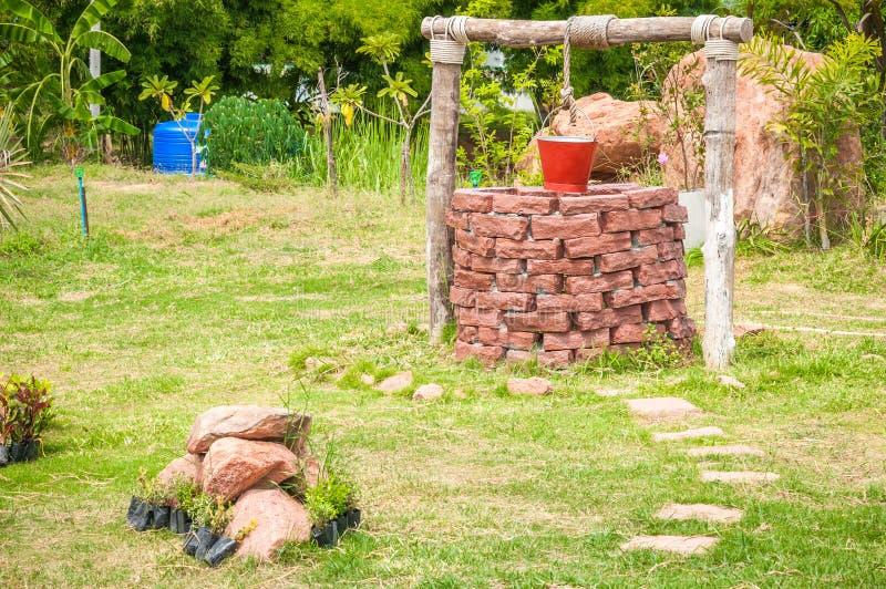 Nuovo pozzo d'acqua con il secchio del metallo in parco fotografia stock libera da diritti