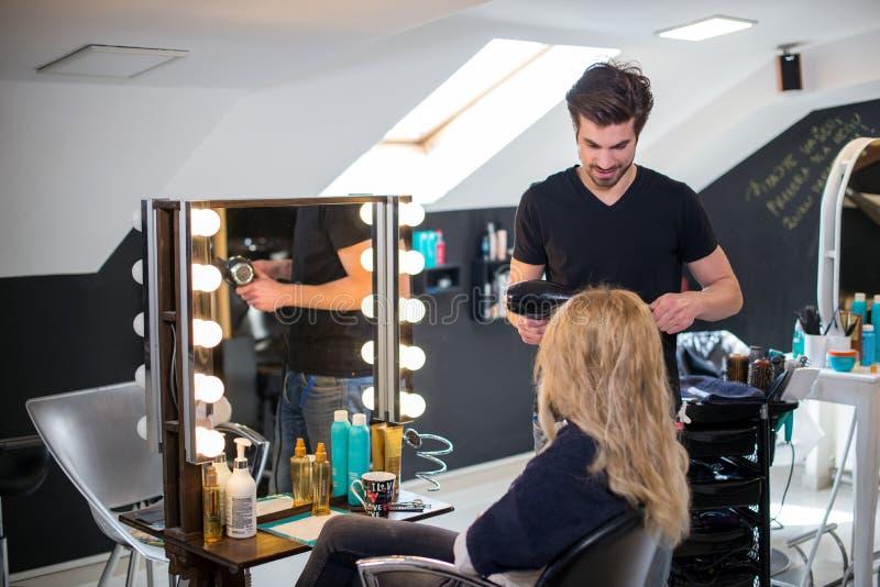 Nuovo sguardo al parrucchiere immagini stock libere da diritti