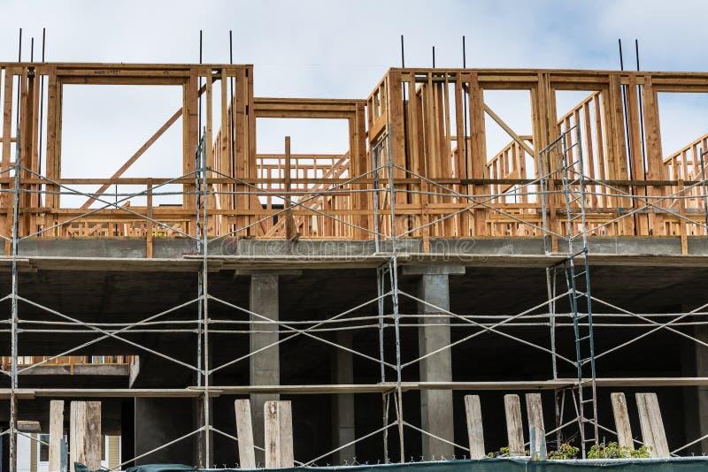 Nuovo sito della costruzione di edifici dell'appartamento fotografie stock
