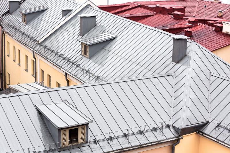 Nuovo tetto grigio del metallo con gli abbaini fotografia stock libera da diritti