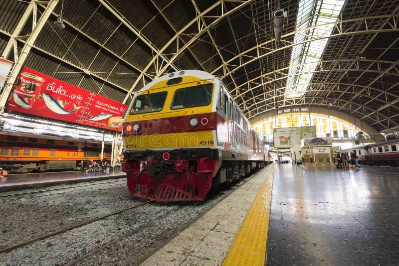 Nuovo treno espresso di SRT a Hua Lamphong Station, Bangkok, Tailandia fotografie stock libere da diritti