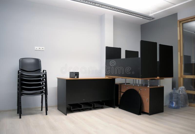 Nuovo ufficio - muovendosi dentro immagini stock libere da diritti