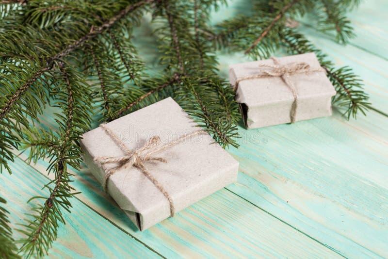 Nuovo Year& x27; regali di s in carta kraft fotografie stock libere da diritti