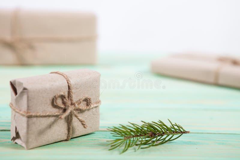 Nuovo Year& x27; regali di s in carta kraft immagine stock