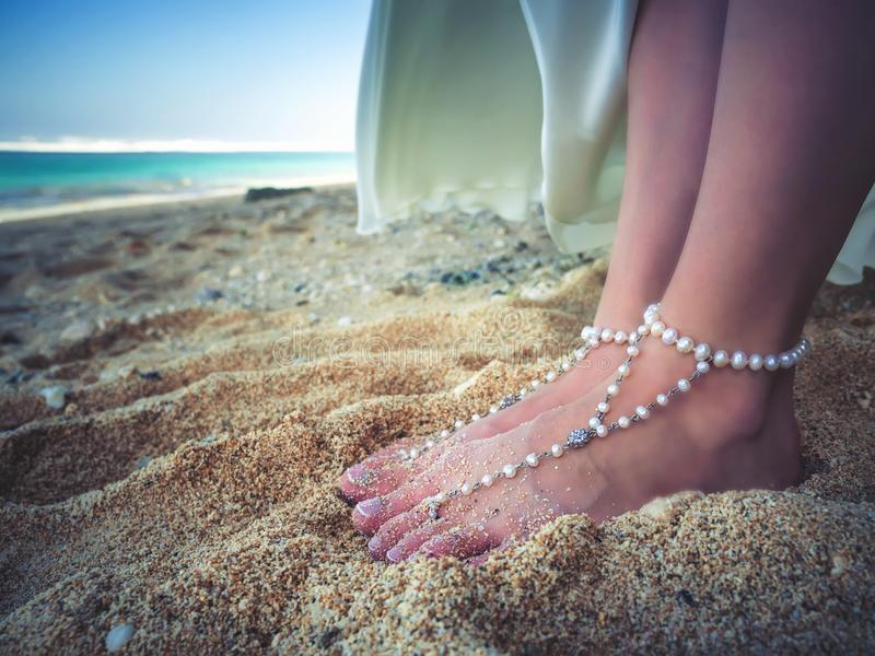Nupcial decorado close up paga da noiva bonita na praia, Bali foto de stock royalty free