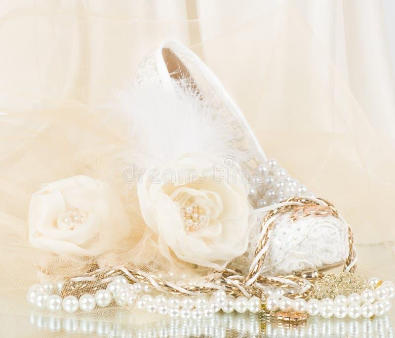 Nupcial se levantó con el zapato y los granos de la boda foto de archivo libre de regalías