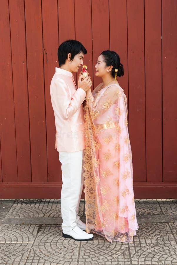 nuptiale tha landais dans le costume tha landais de mariage avec la guirlande fleurie photo. Black Bedroom Furniture Sets. Home Design Ideas