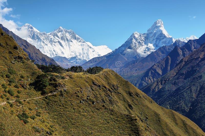 Nuptse, van Everest, van Lhotse en Ama Dablan-bergmeningen stock foto's
