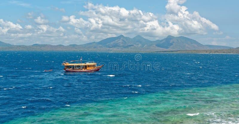 Nur łódź przy Menjangan wyspą zdjęcia royalty free