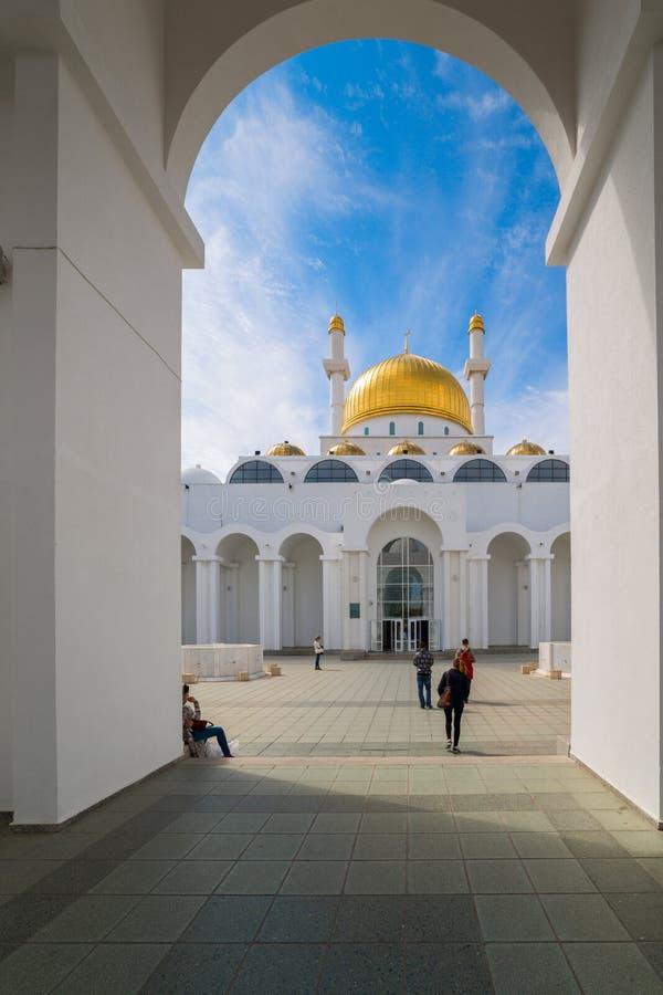 Nur Astana - mosquée à Astana Les gens allant à la mosquée 25 août 2015, Astana, Kazakhstan images libres de droits