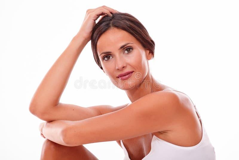 Nur attraktive lächelnde junge Frau des Brunette stockbilder