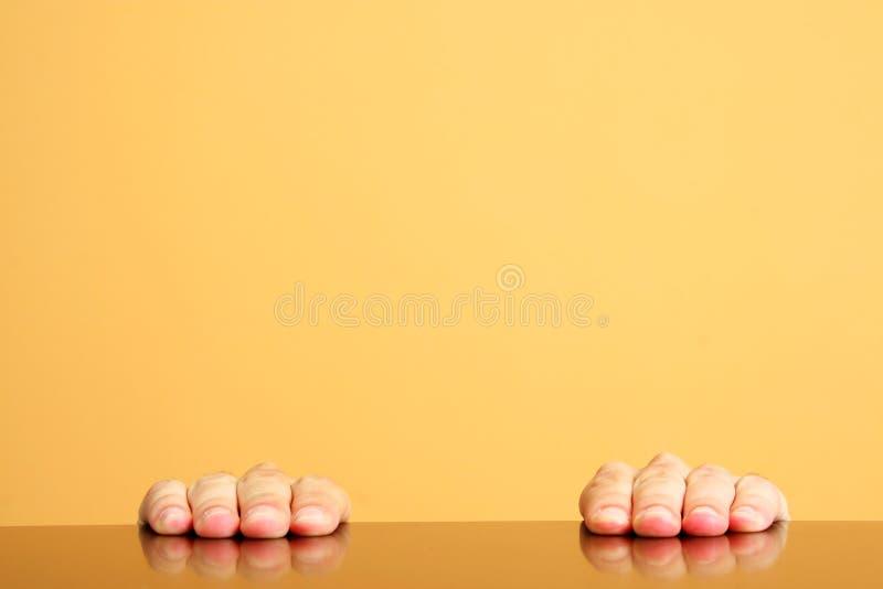 Nur Hände auf Tabelle lizenzfreie stockfotos