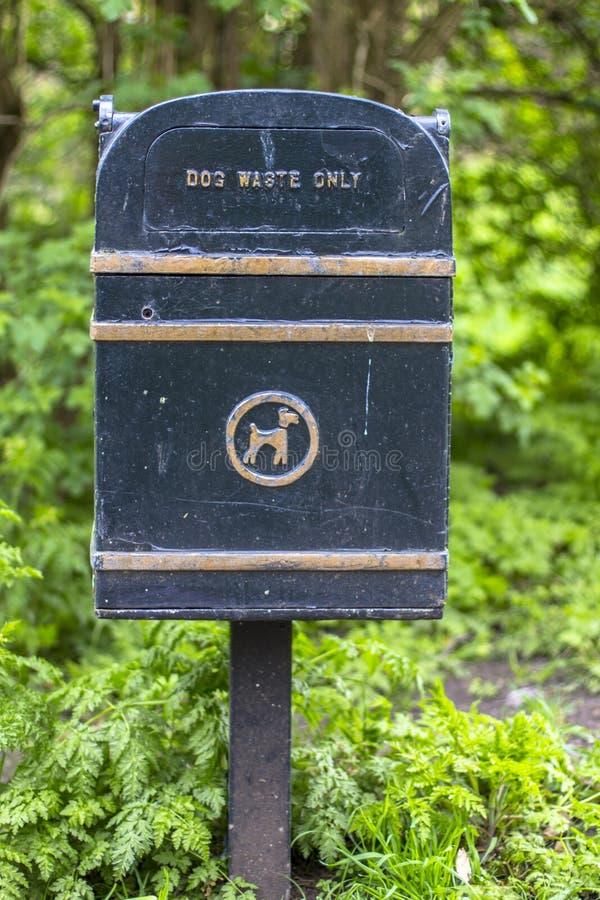Nur Hundeabfall Freundliche Lösung des Haustieres Trashcan besonders für Hundeabfall stockbild