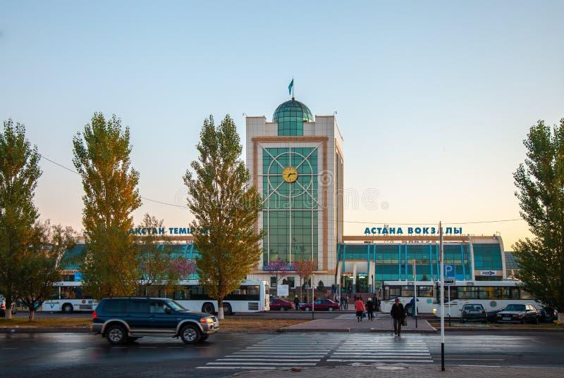 04 10 2011 Nur-sultão, estação de trem central de Astana Astana é o capital de Cazaquistão e da segundo-grande cidade no cou imagens de stock royalty free