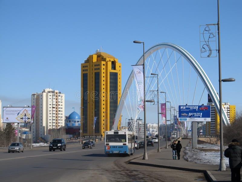 Nur-Sultan Astana, Kazakhstan, le 20 mars 2011 Vue aux bâtiments et au pont de ville au-dessus de la rivière d'Ishim photographie stock