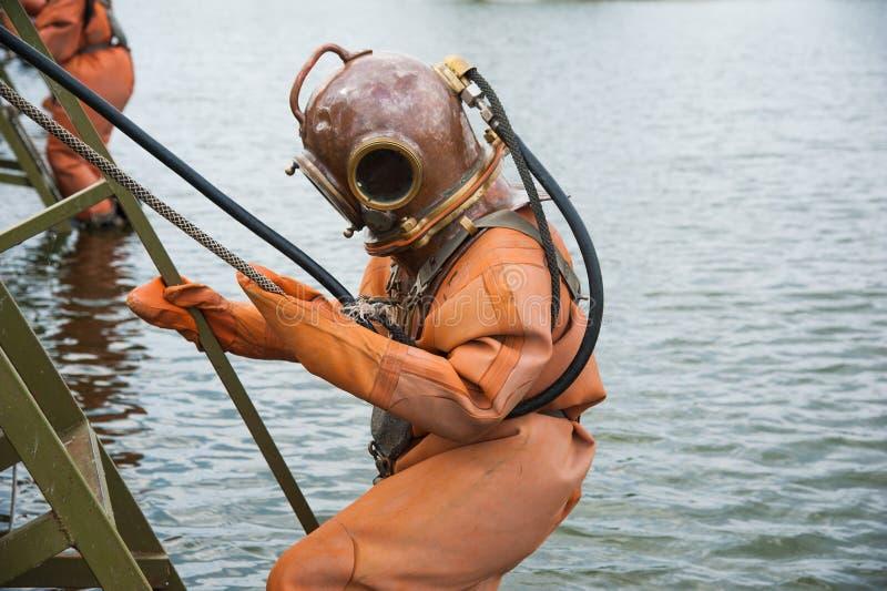 Nurek immerses w rocznika głębokiego morza nurkowym kostiumu zdjęcia royalty free