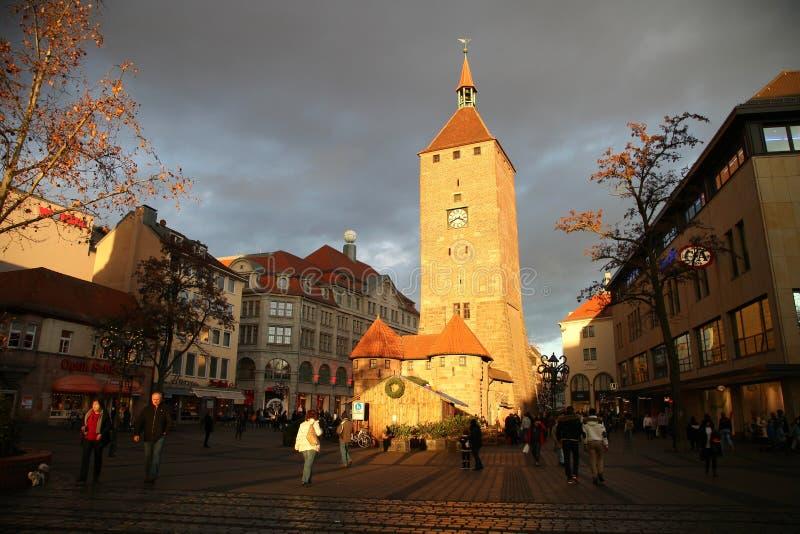NUREMBERG, ALEMANIA - 23 DE DICIEMBRE DE 2013: Calle de Ludwigsplatz cerca de la torre de reloj Weisser Turm Nuremberg, Alemania fotografía de archivo libre de regalías