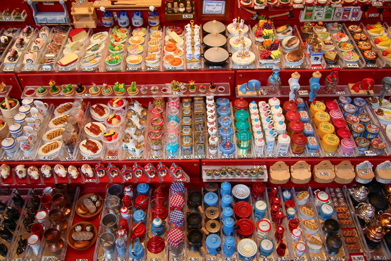 NUREMBERG, ALEMANIA - 23 DE DICIEMBRE DE 2013: Juguetes alemanes tradicionales miniatura para las casas de muñecas en la feria Nu imagen de archivo libre de regalías