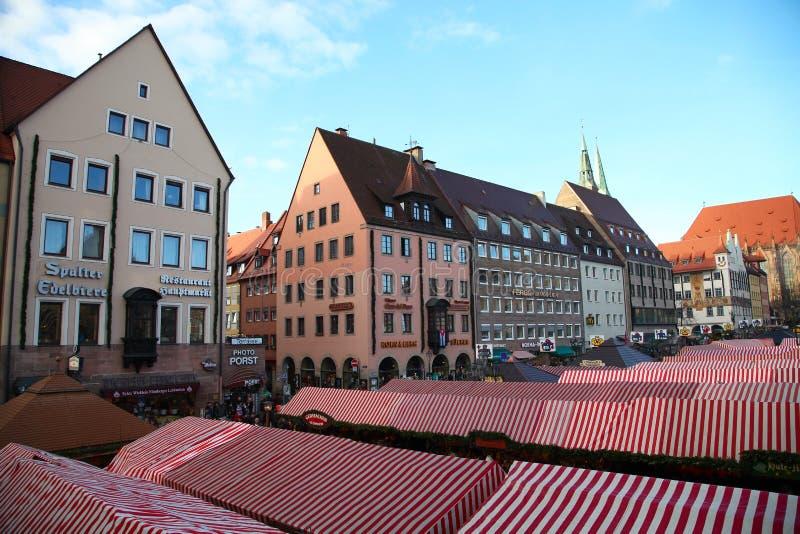 NUREMBERG, ALEMANIA - 23 DE DICIEMBRE DE 2013: La Navidad más famosa justa en Alemania Christkindlesmarkt en Nuremberg, Alemania fotografía de archivo libre de regalías