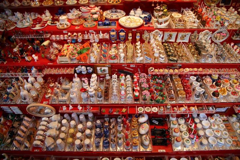 NUREMBERG, ALEMANIA - 23 DE DICIEMBRE DE 2013: Muchos juguetes alemanes tradicionales miniatura para las casas de muñecas Nurembe fotografía de archivo